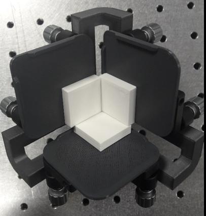 Figure 2 : Monture de fabrication (1) avec ses platine tip tilt (2) et des miroirs en plastique (3) représentant le coin de cube